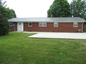 34 Floyd Street London, Ky.| One level brick/vinyl siding 1792 sf +/- home just outside the city limits located close to St. Joseph Hospital.